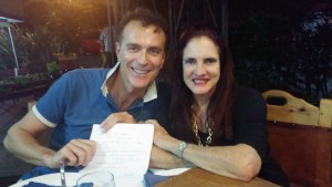 Prof. D. Apuzzo e Silvia Menendez con in mano l'adesione al Comitato Scientifico dell'A.I.R.O.